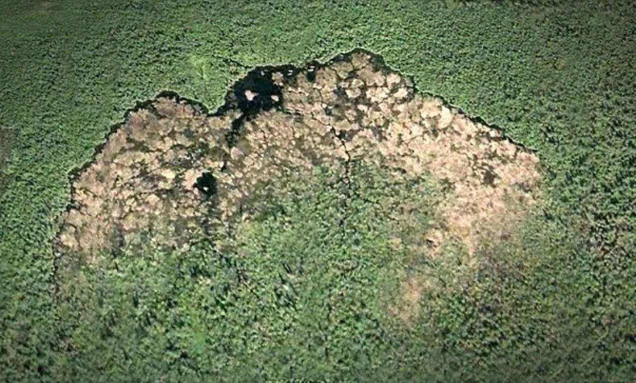 Канадские бобры выстроили заметную изкосмоса плотину