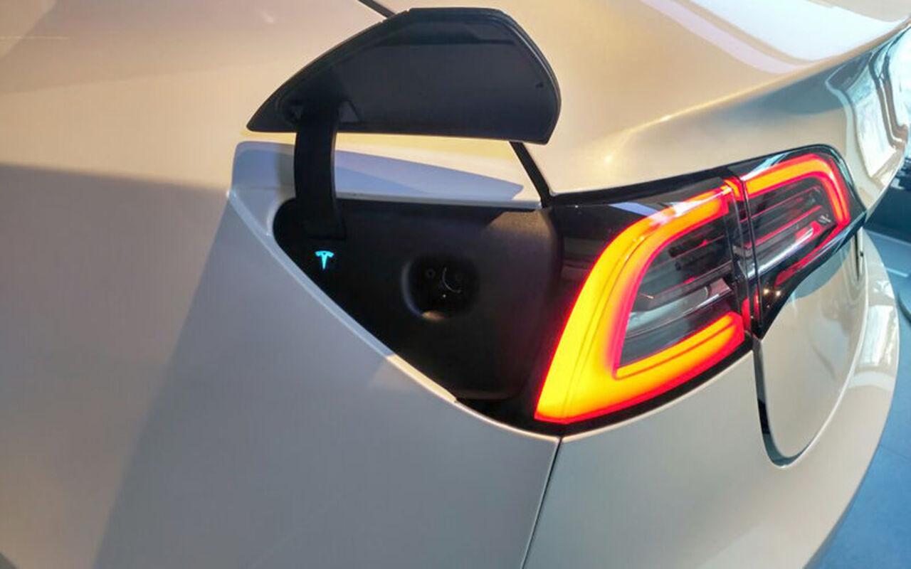 Moscow Tesla Club провел презентацию нового лифтбека Tesla Model 3 и начал принимать на негозаказы. Об этом написал журнал