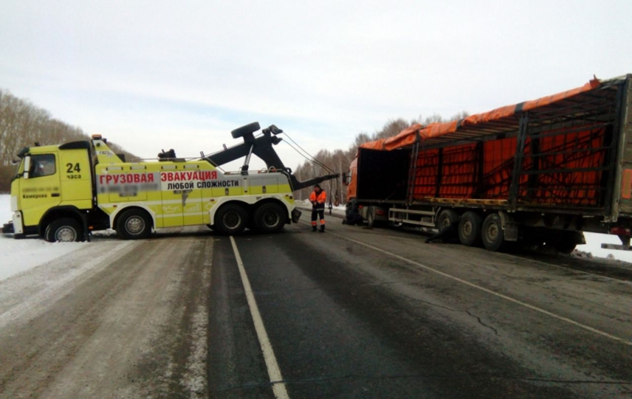 ВКузбассе работники ГИБДД помогли замерзавшему шоферу перевернувшейся фуры