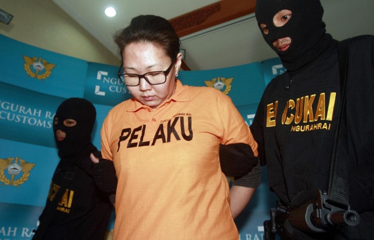 Мужчины поймали девушку в тюрьме
