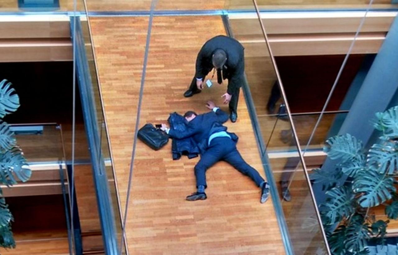 Потасовка вЕвропарламенте завершилась падением депутата изокна