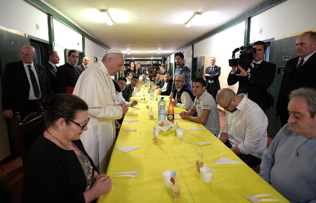 Впервый раз вистории Папа Римский поучаствовал втрапезе сзаключенными