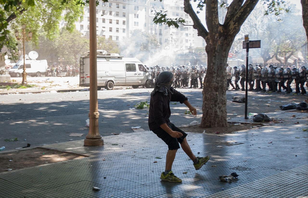 Число пострадавших впроцессе протестов вАргентине выросло до 162 человек