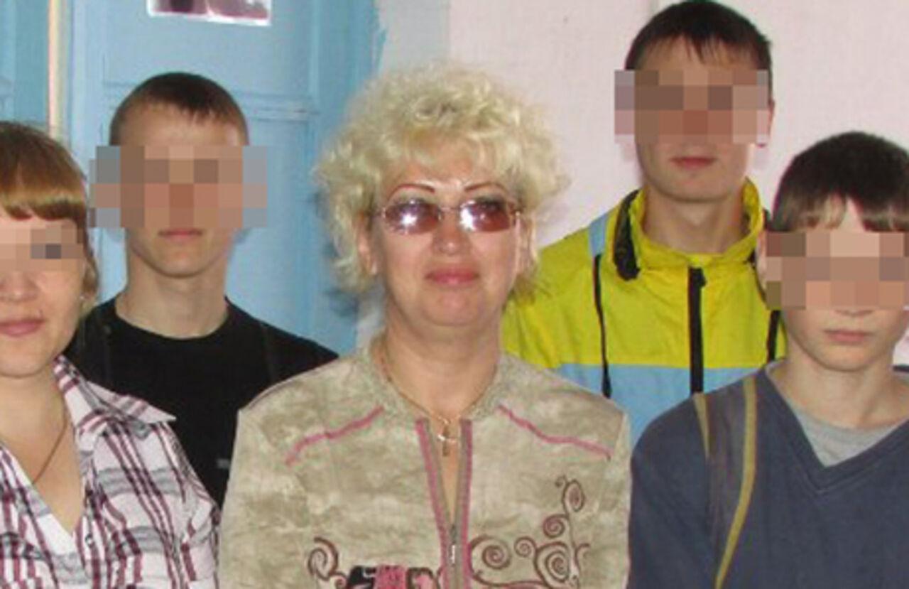 Приемная мать со своими сыновьями мучают девушку 10 фотография