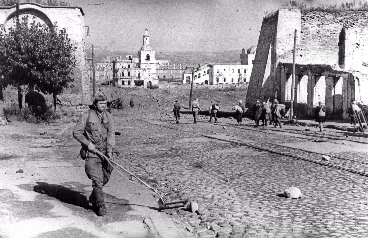 «Бессмертный полк» желает установить вПольше монумент советскому саперу