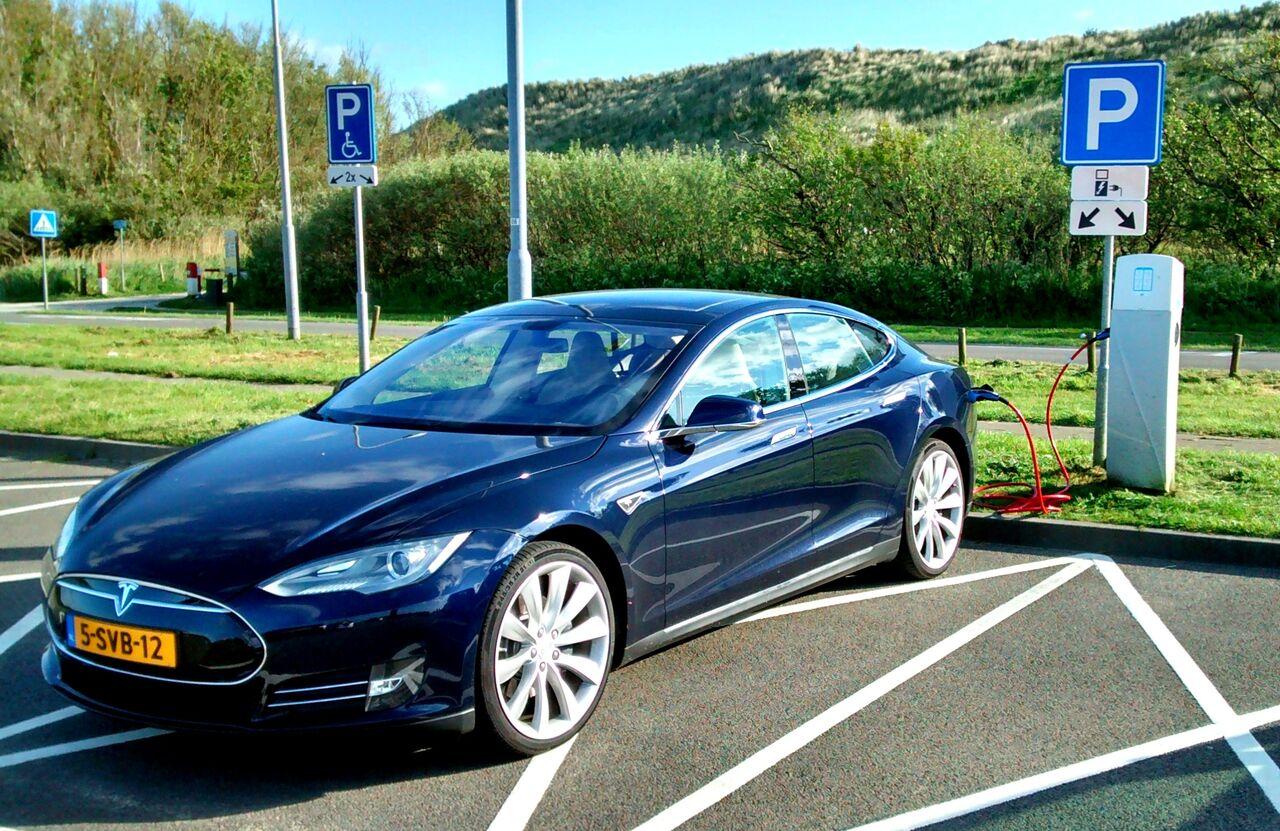 Голландец умер после столкновения его автомобиля Tesla сдеревом