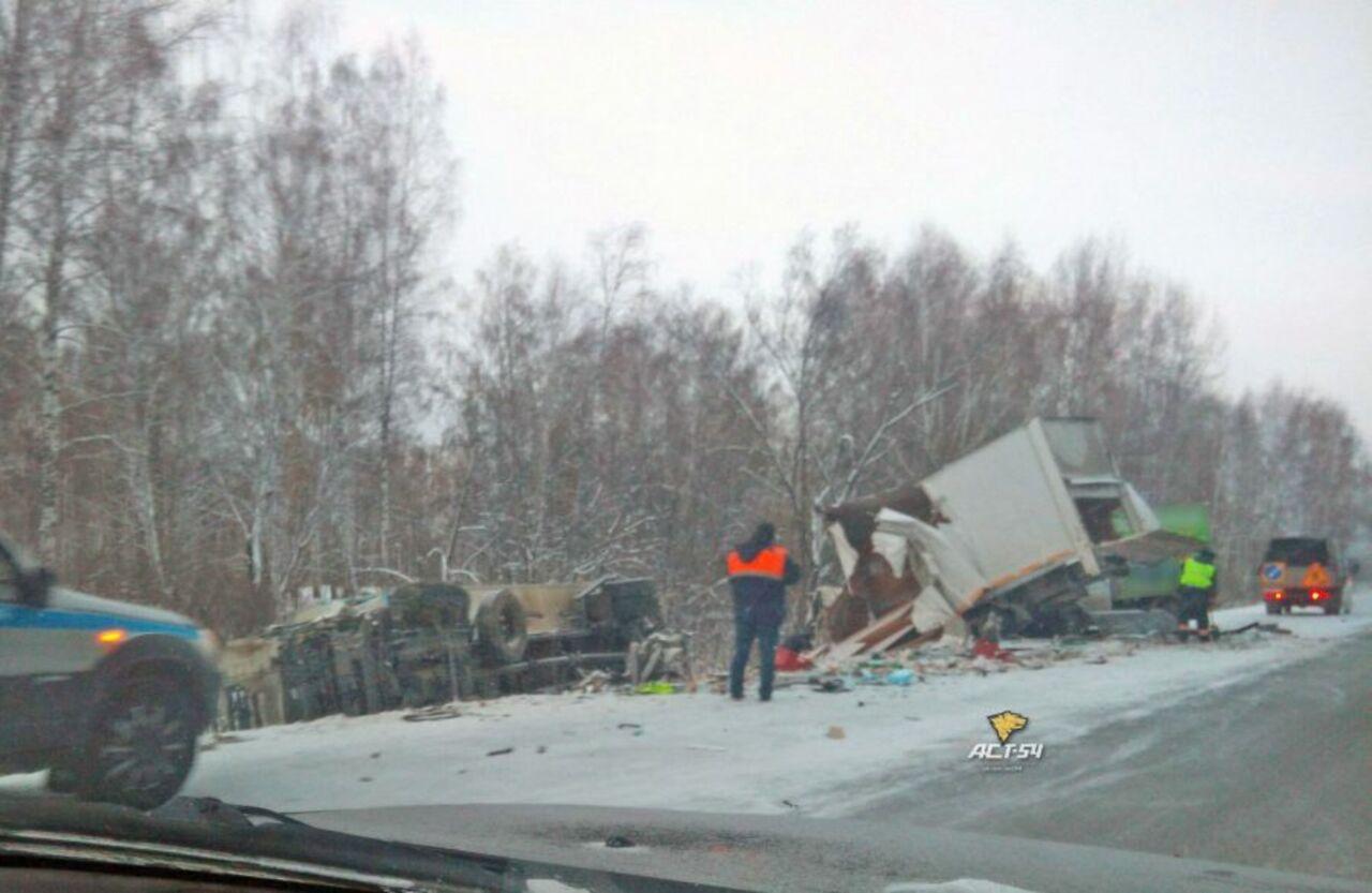 Ехавший изКемерова грузовой автомобиль устроил тройное ДТП натрассе вНовосибирской области