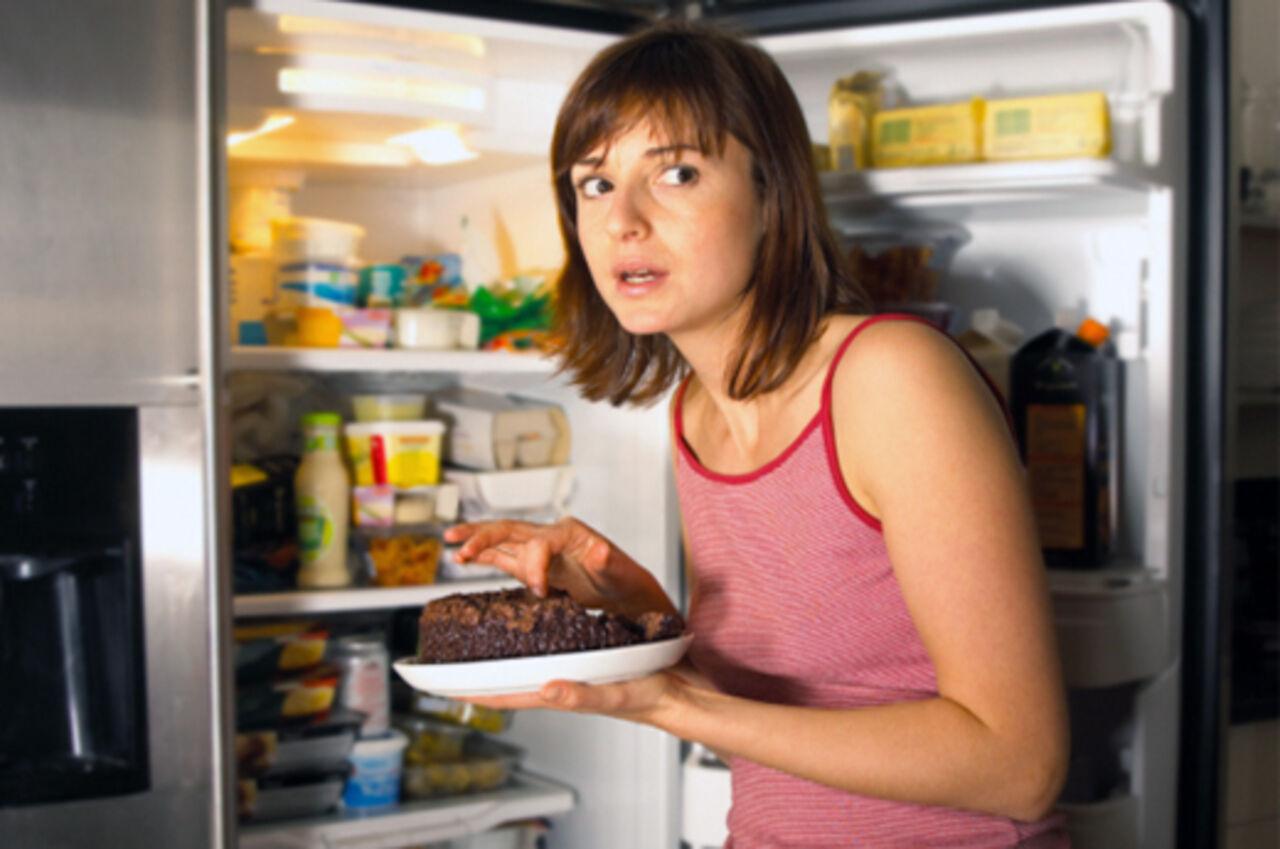 Ученые рассказали, к каким заболеваниям могут привести ужины перед сном