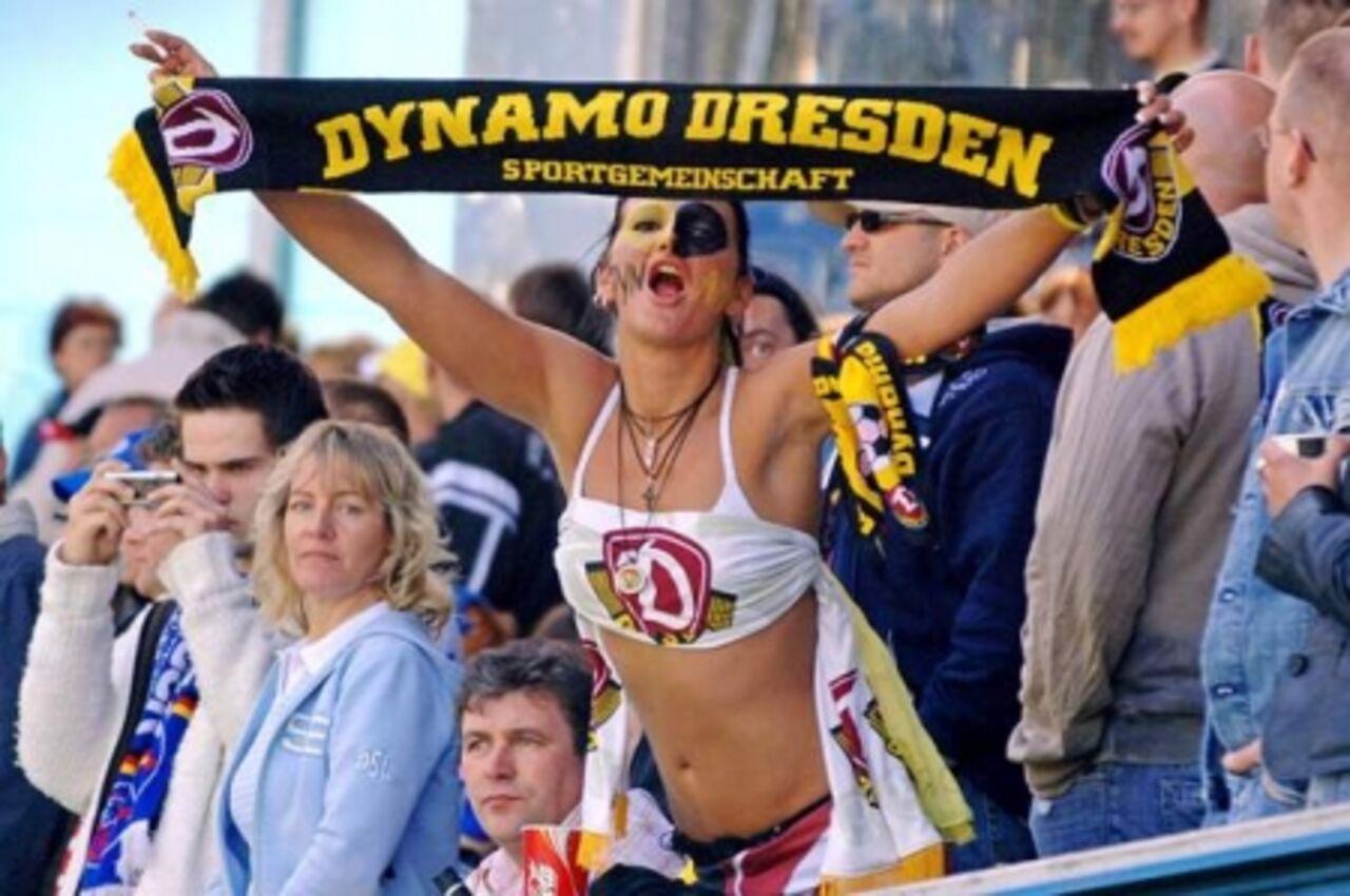 Дрезденское «Динамо» наказано запоступок фанов, бросивших стрибун голову быка