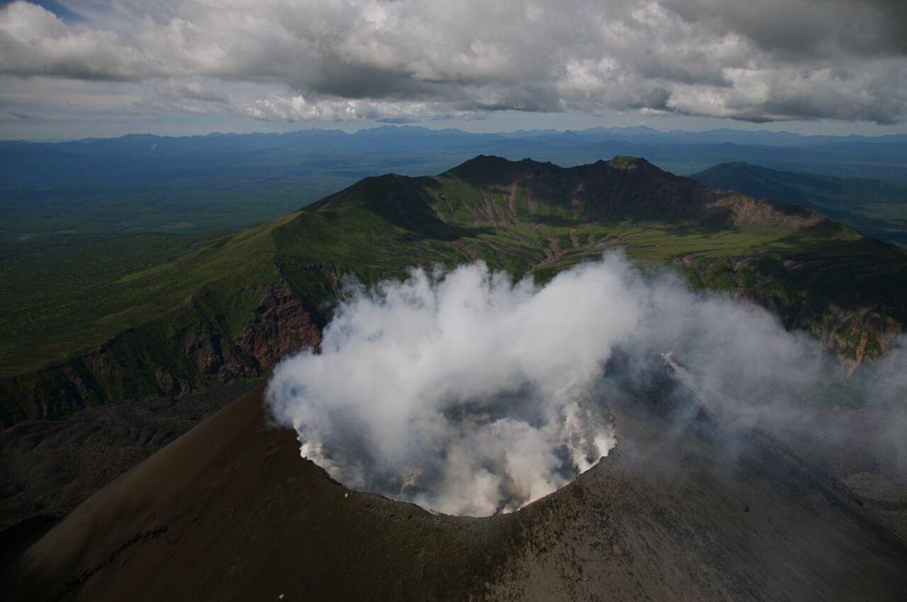 НаКурилах извергающийся вулкан посыпал пеплом граждан города