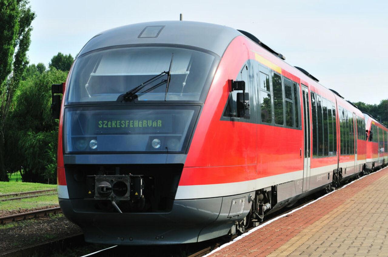 ВВенгрии остановили движение всех поездов
