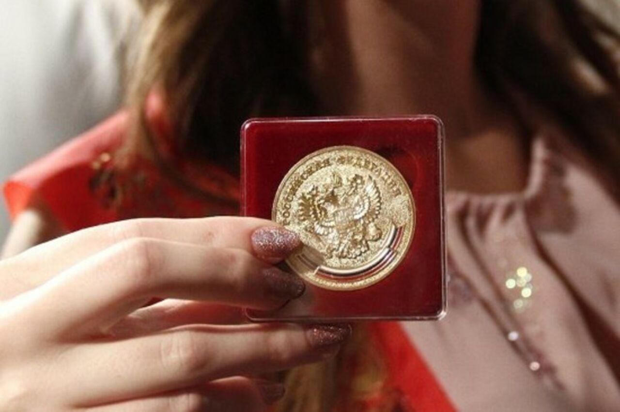 ВАдыгее следователи заинтересовались золотой наградой , выданной дочери чиновницы