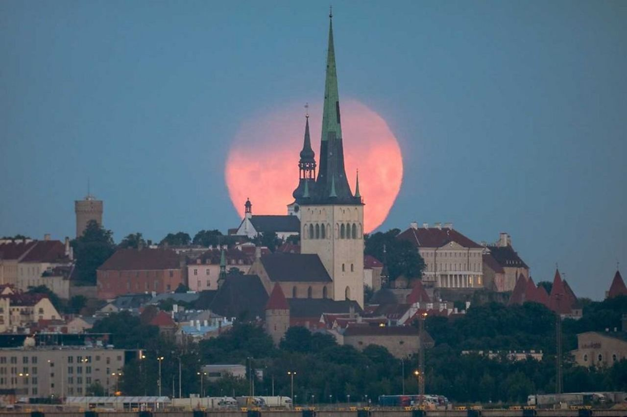 Ученые пояснили феномен «клубничной» Луны