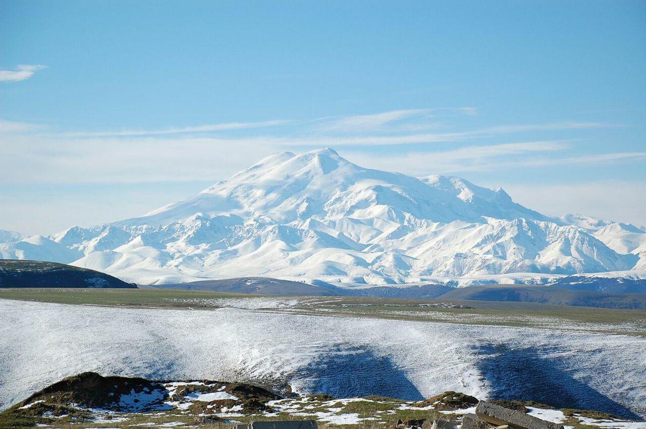 Сотрудники СОБРа Росгвардии помогли спасти жизнь иностранного альпиниста во время восхождения на Эльбрус