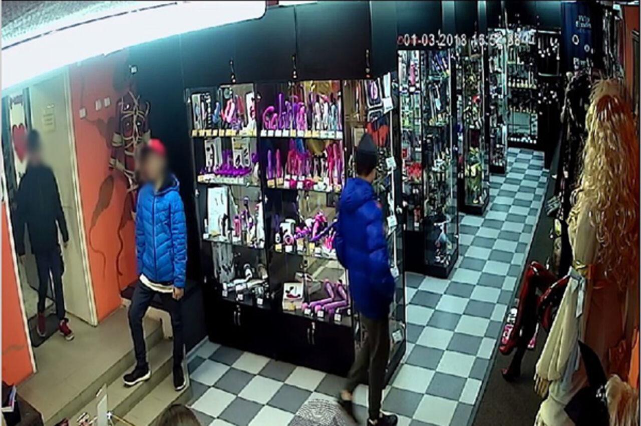 Продавец секс шопа ебет троих — 11