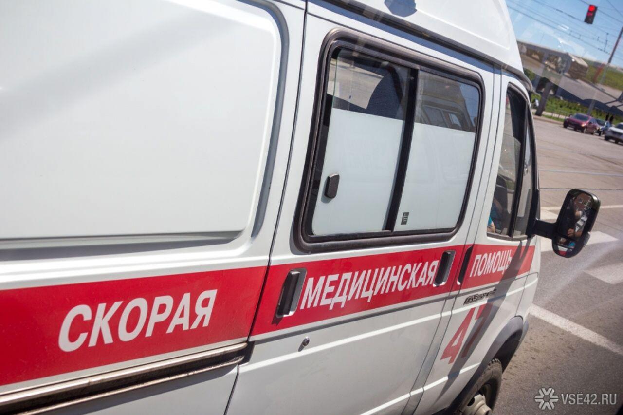 ВКузбассе иностранная машина врезалась в дом, пассажир умер наместе