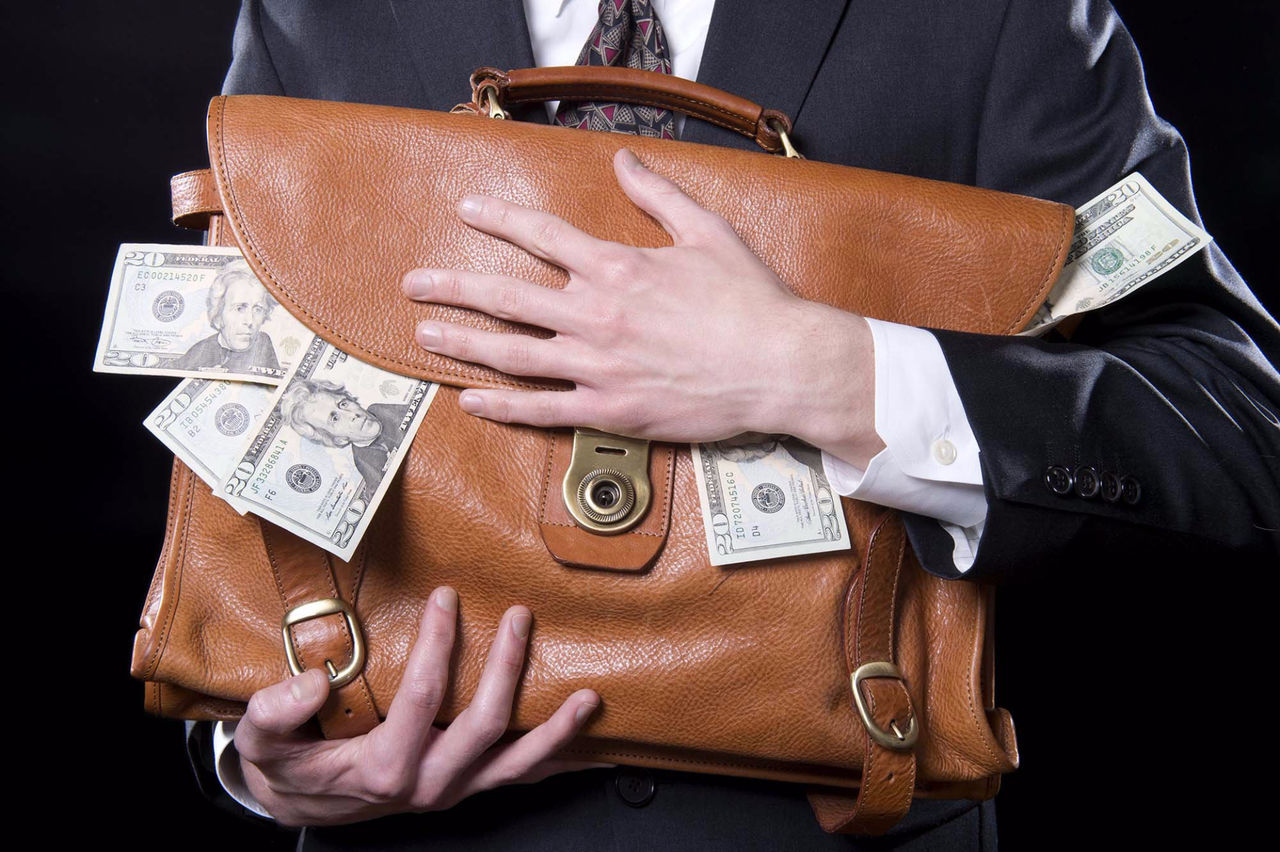ВКузбассе высокопоставленные полицейские присвоили крупную сумму денежных средств