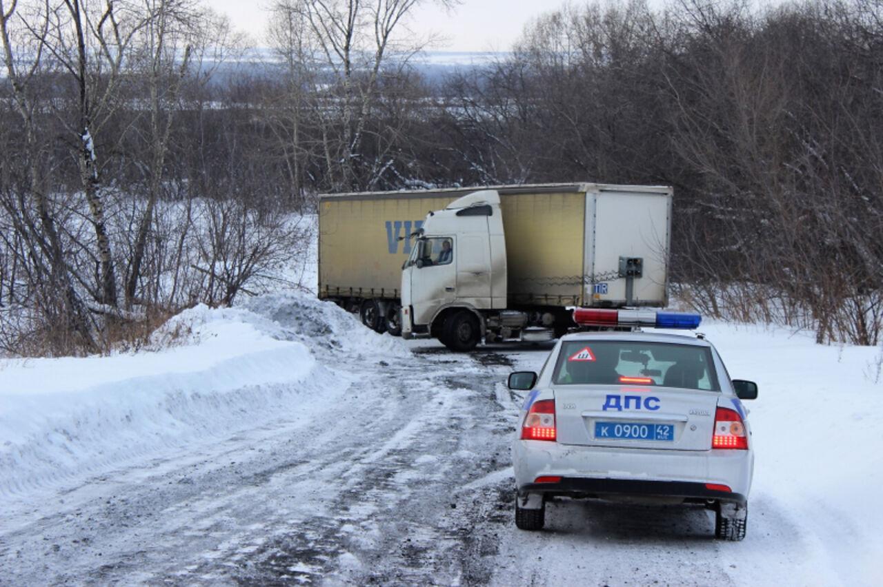ВКузбассе фура скирпичами перекрыла дорогу