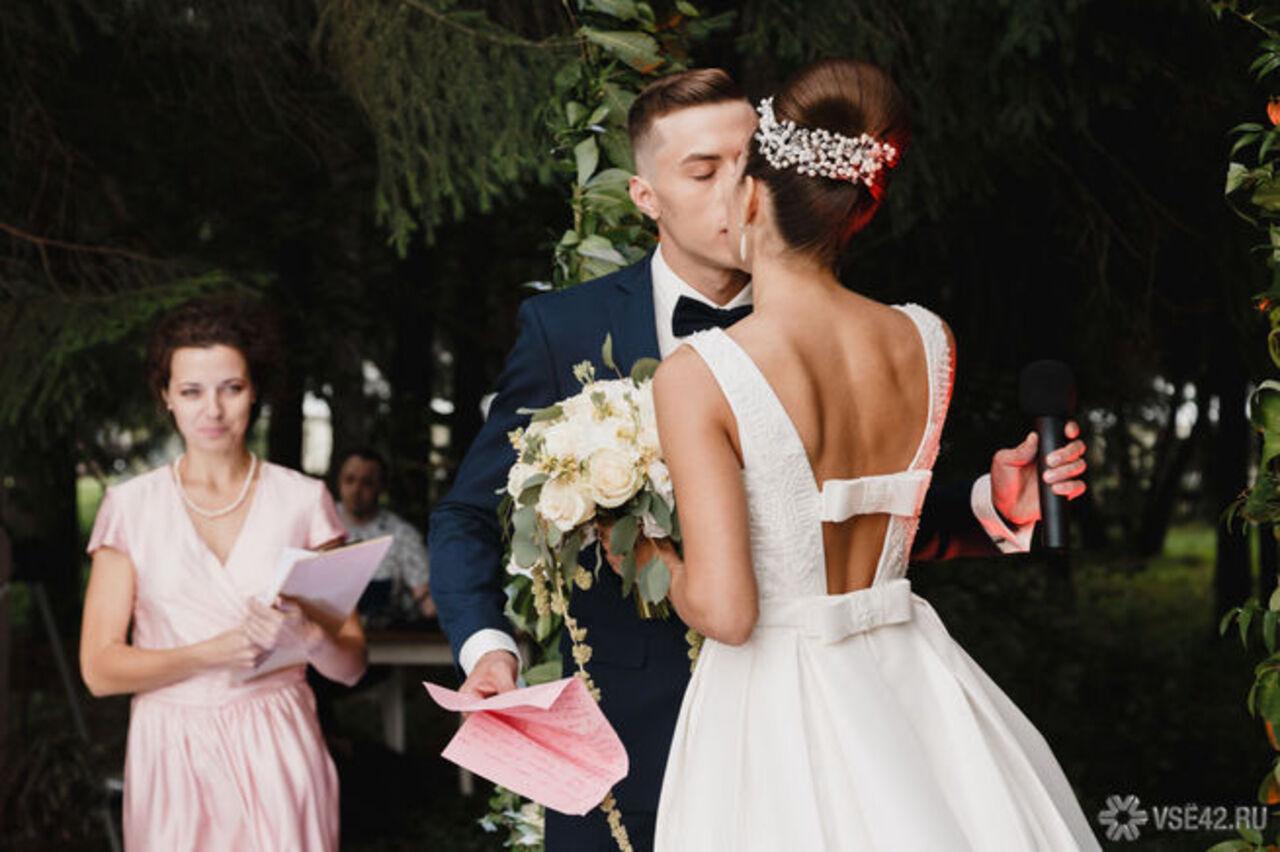 В 2017 в РФ возросло число зарегистрированных браков