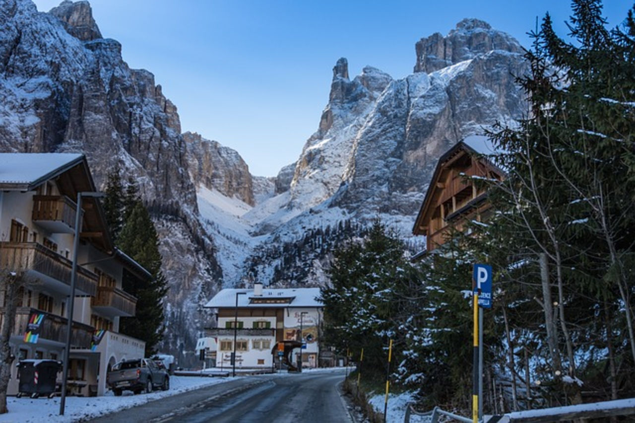 Российский турист разбился насмерть упав с высоты третьего этажа на итальянском горнолыжном курорте Корвара