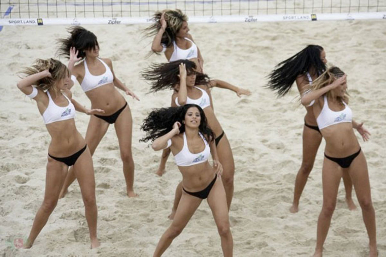 Танцы девушек на пляже 11 фотография