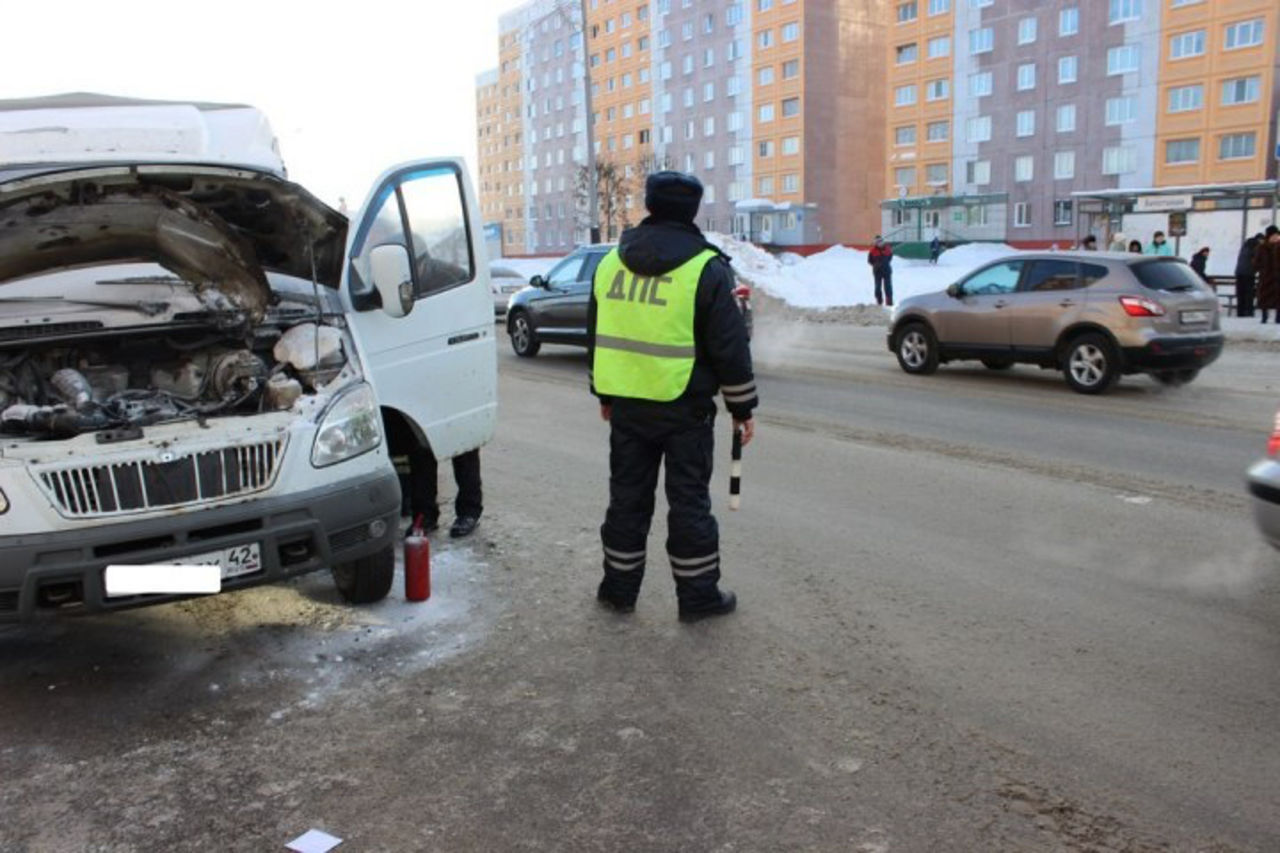 ВКузбассе работники ДПС помогли шоферу потушить загоревшийся автомобиль