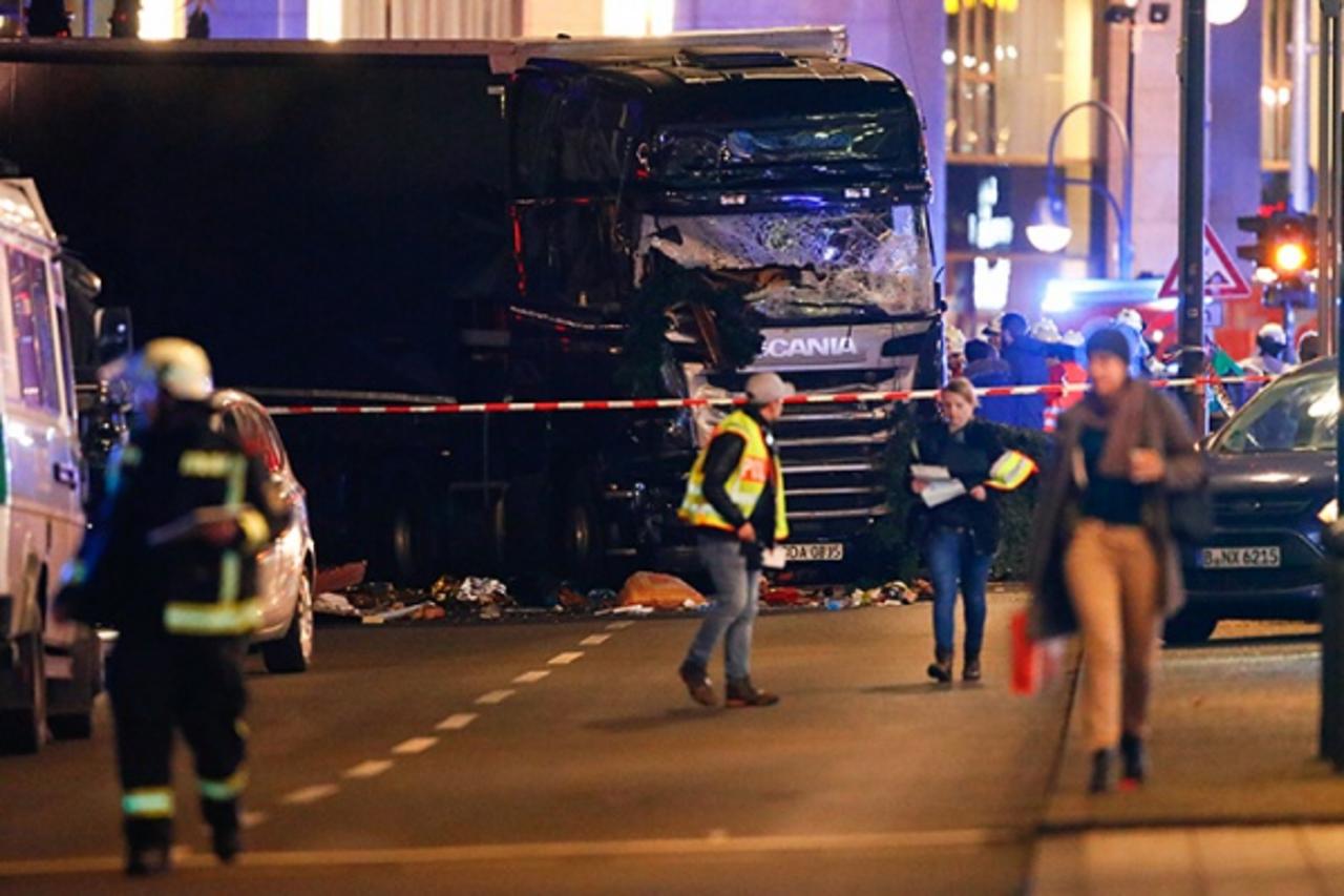 Милиция Берлина задержала «нетого человека», вооруженный террорист все еще насвободе