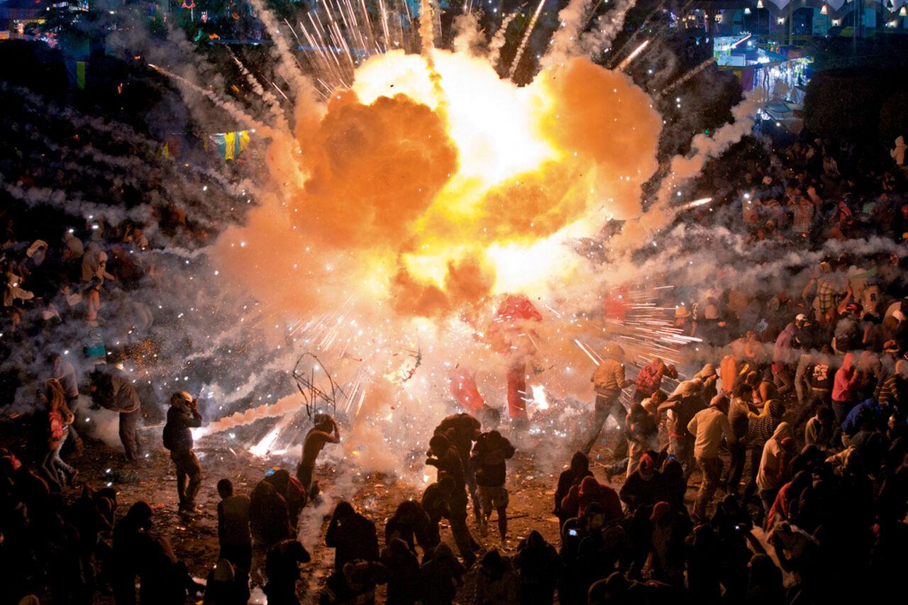 Появилось видео взрыва наярмарке фейерверков вМексике