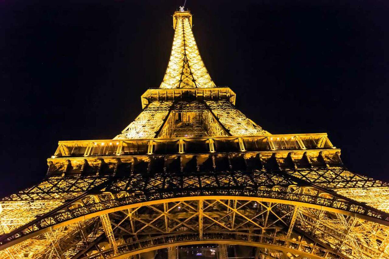 Огни Эйфелевой башни погасли ночью впамять ожертвах теракта вКвебеке