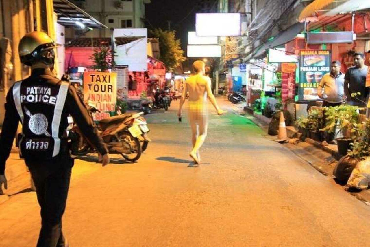 Голый русский турист терроризировал рынок вТаиланде