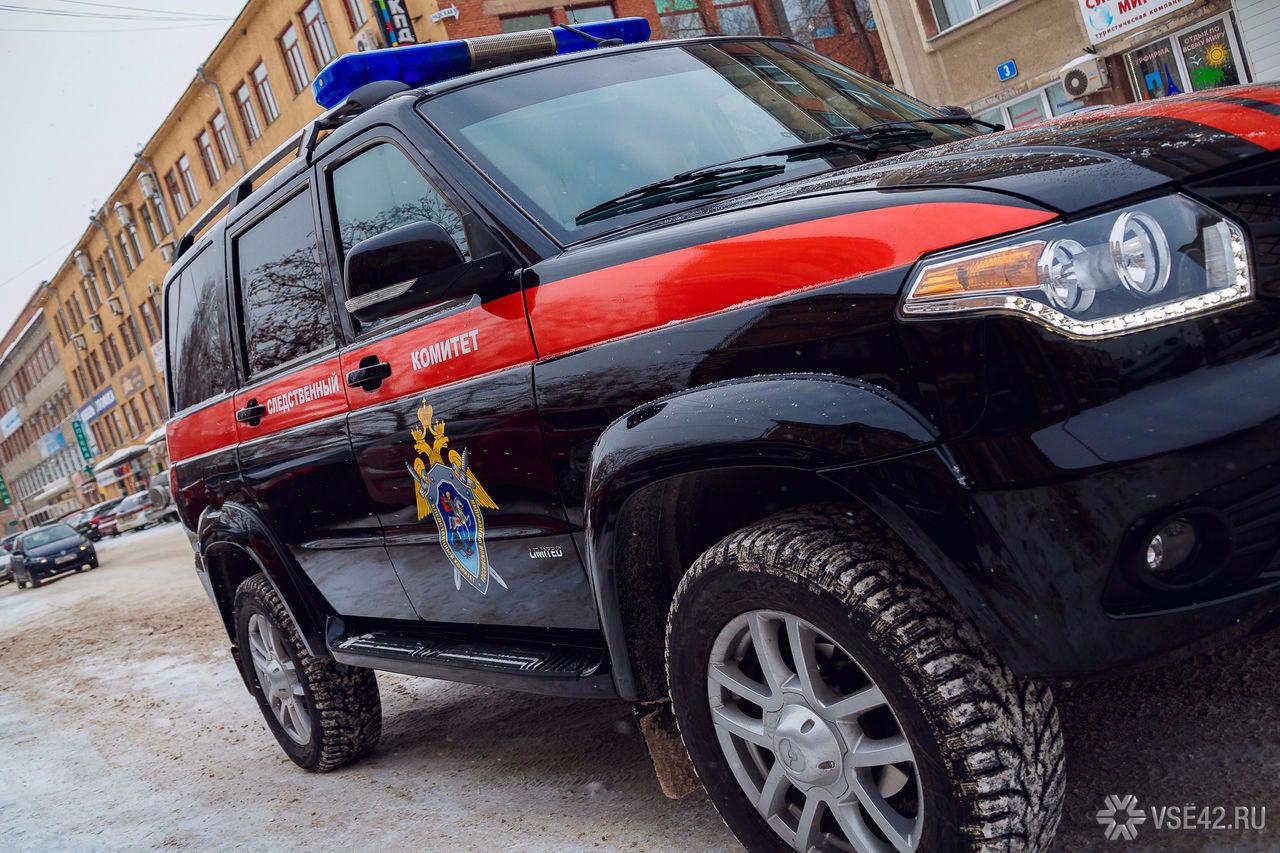 Двое граждан Кузбасса врезались наугнанной иномарке вограду дома