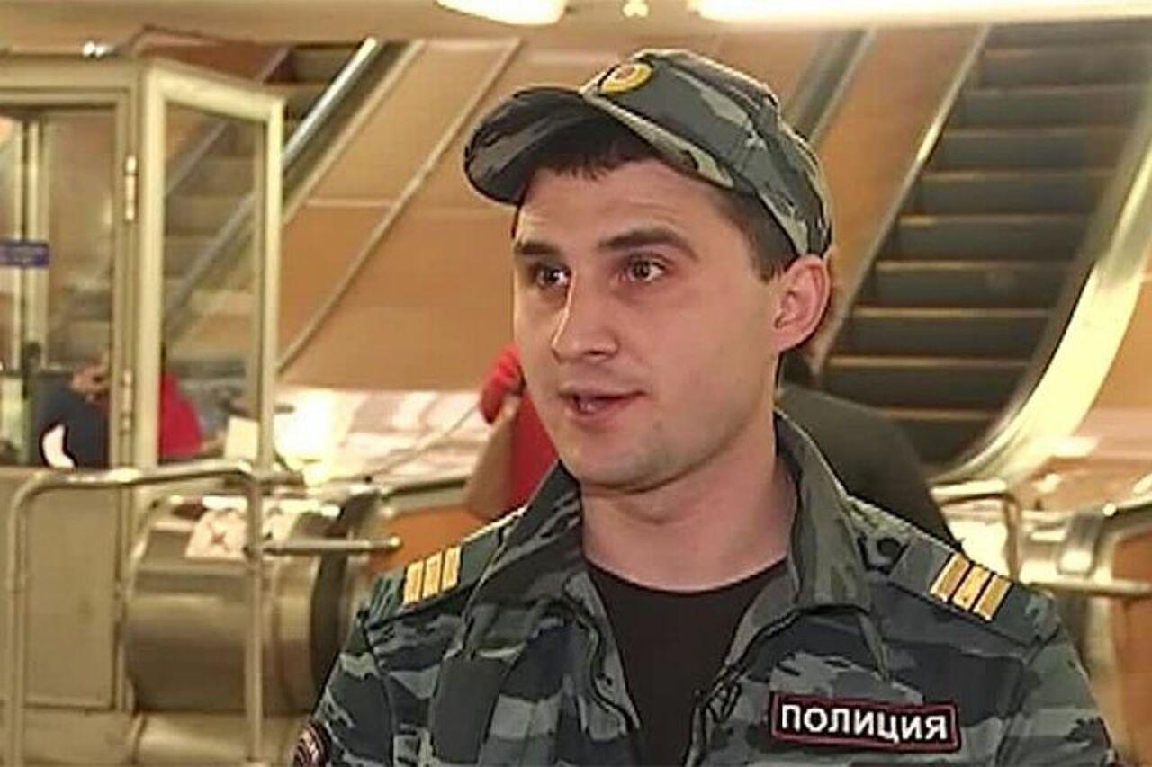 Заспасение пассажира метро столицы отпоезда полицейский получил медаль