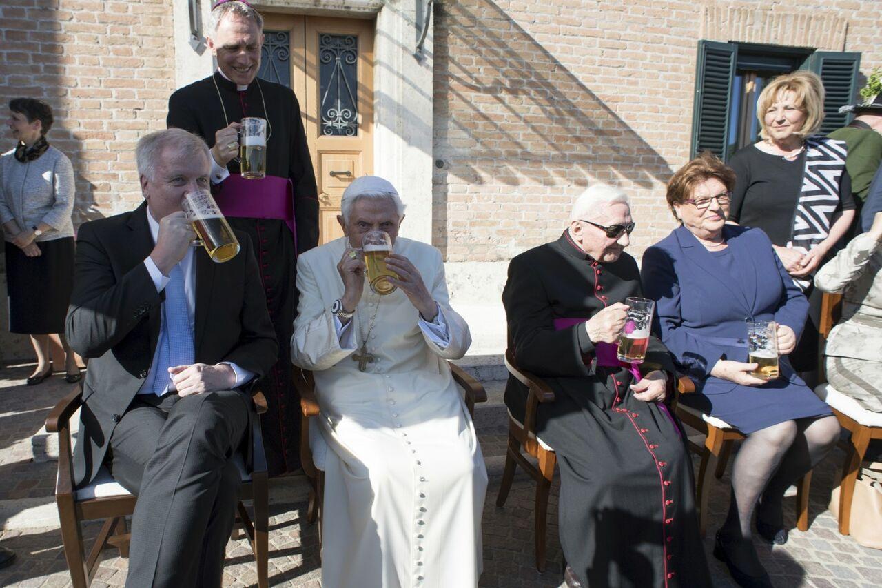 Папа Бенедикт XVI отпраздновал 90-летие бокалом пива