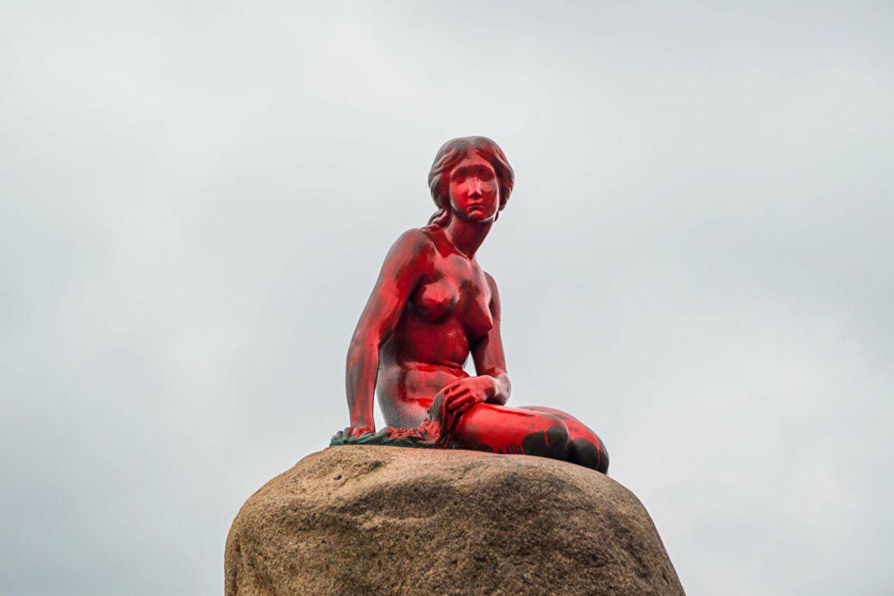 Красная Русалочка: неизвестные облили краской статую вКопенгагене