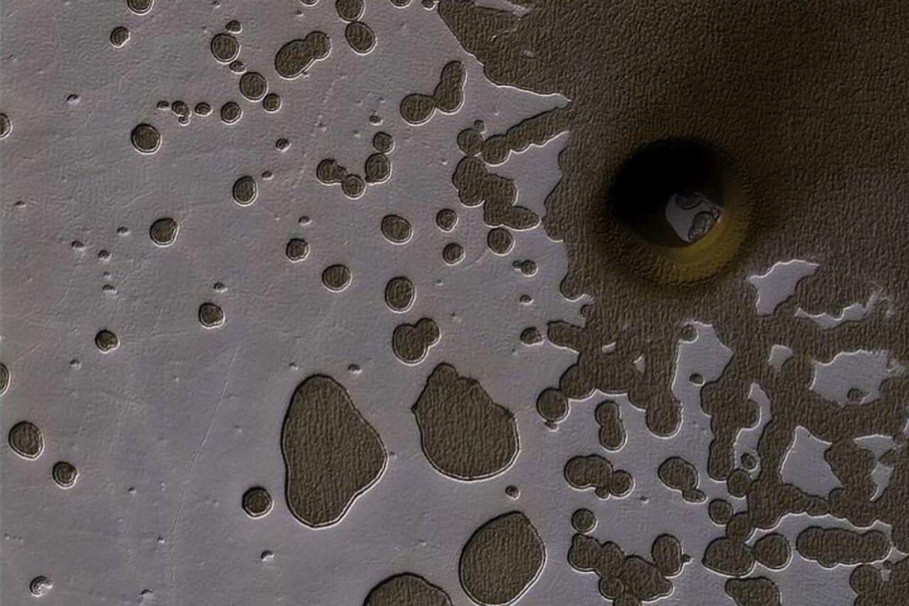 НаМарсе спутник разглядел огромную дыру