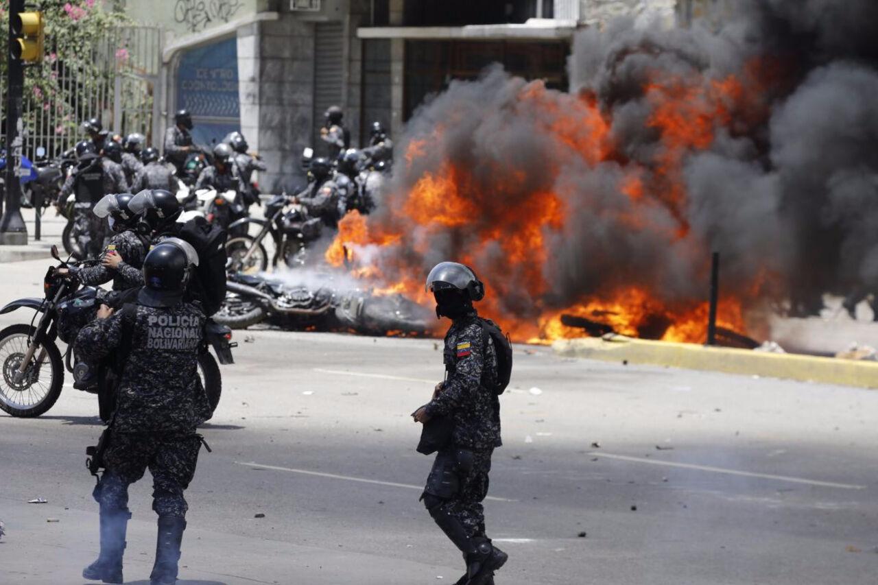 Самодельная бомба была брошена сегодня вколонну полицейских встолице Венесуэлы Каракасе