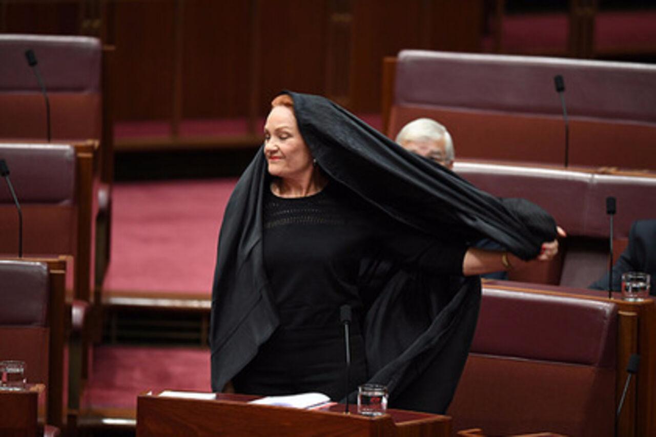 Сенатор Полин Хэнсон пришла на совещание парламента Австралии впарандже