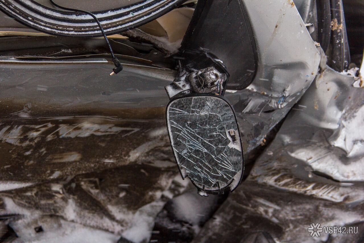 ВПрокопьевске «Тойота» протаранила опору ЛЭП: умер пассажир иномарки