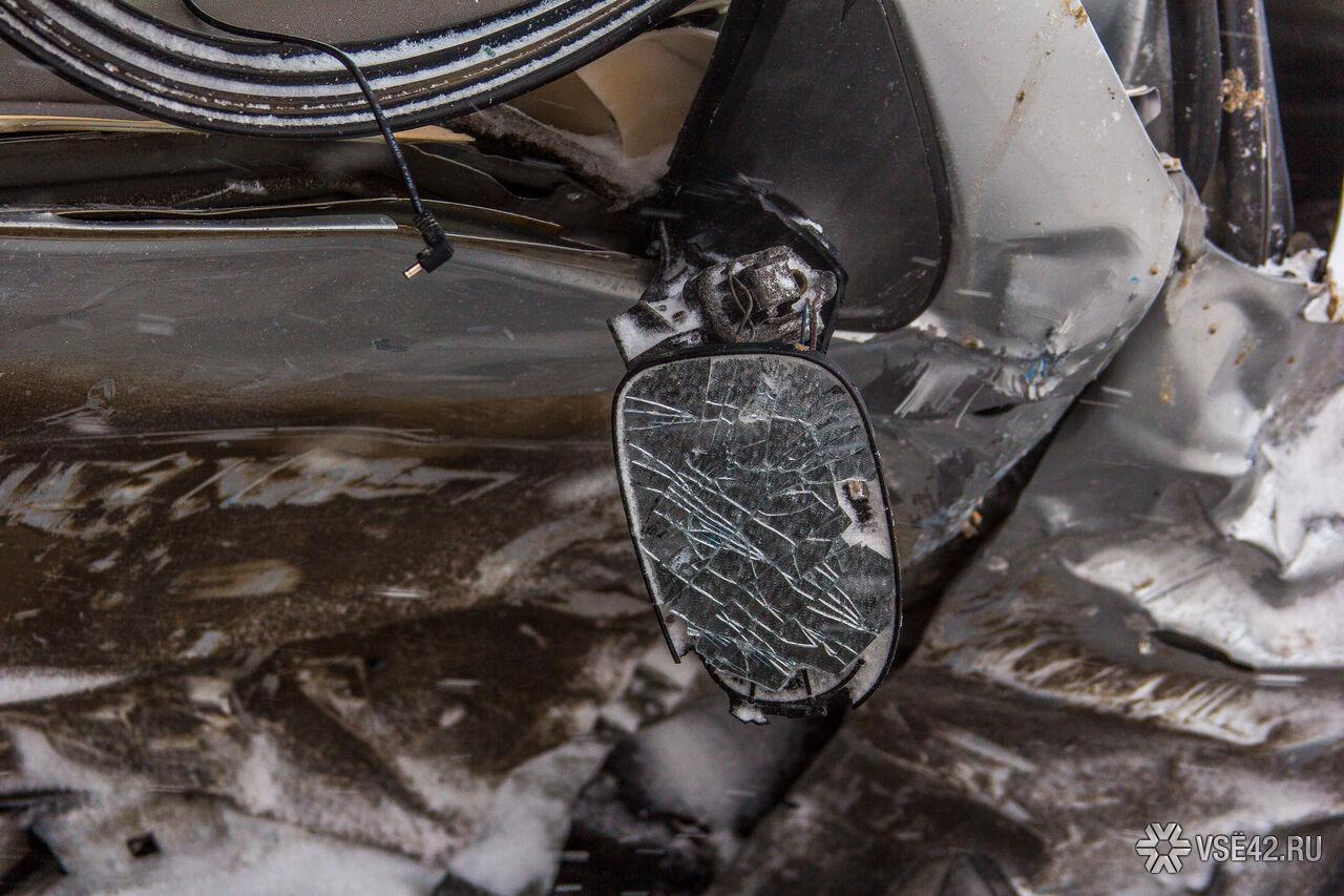 ВКузбассе шофёр ВАЗа врезался вограждение и поломал припаркованные рядом авто