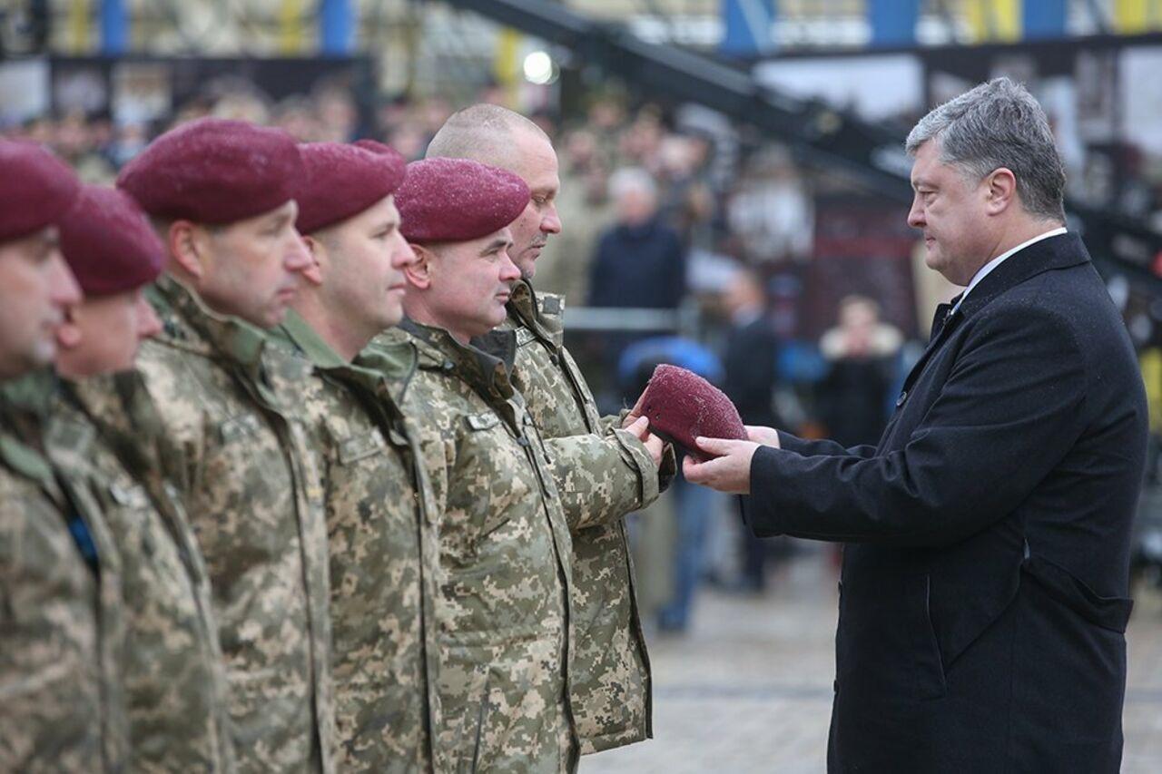 «Еще один стандарт НАТО»: Порошенко переименовал ВДВ исменил цвет беретов