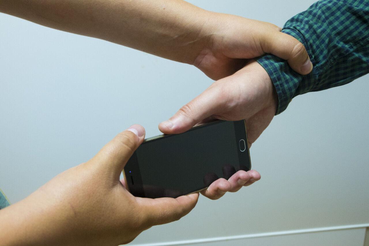 Депутат предложил обязать мужа и супругу  согласовывать доступ ксмартфонам друг дружку