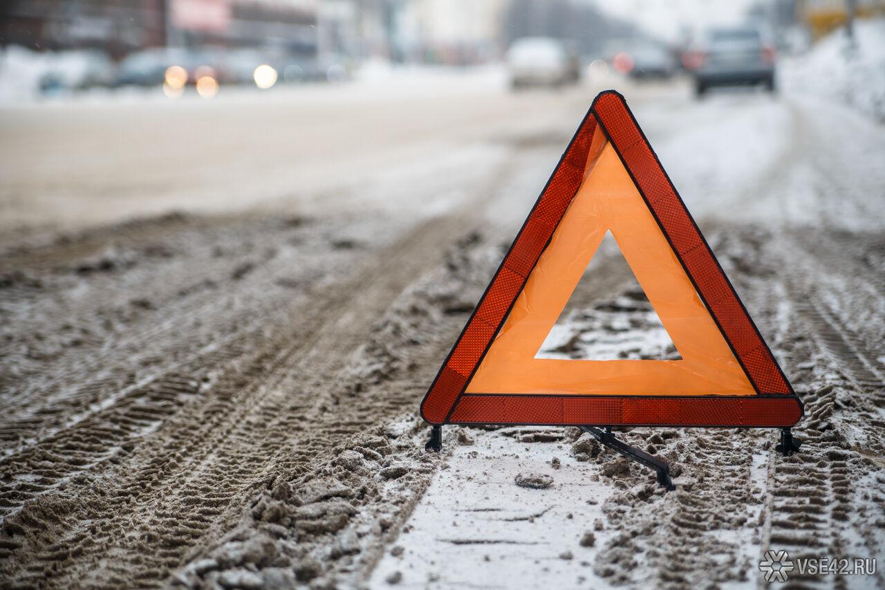 ВКузбассе Шевроле залетел под автобус, умер шофёр