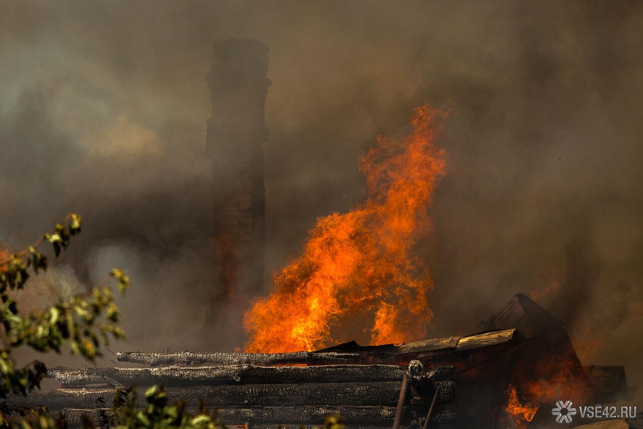 Cотрудники экстренных служб вКемерове вынесли изпожара семь человек, втом числе ребенка