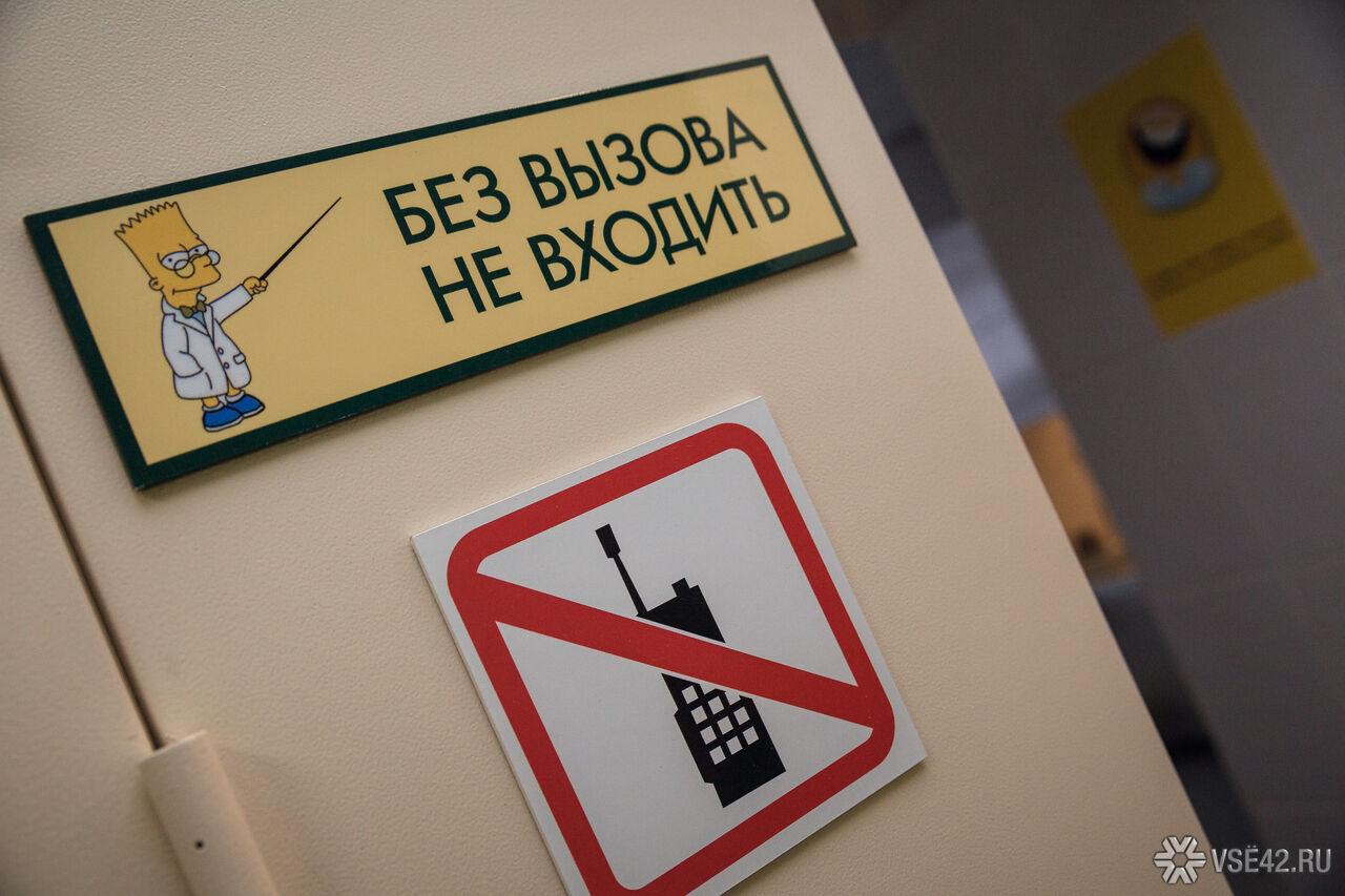 Главврача Кочевской клиники сократили после истории сбланками втуалетах