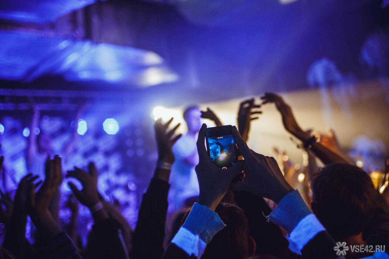 На музыкальном фестивале в Остине фанат похитил кольцо у певицы Билли Айлиш во время ее выступления