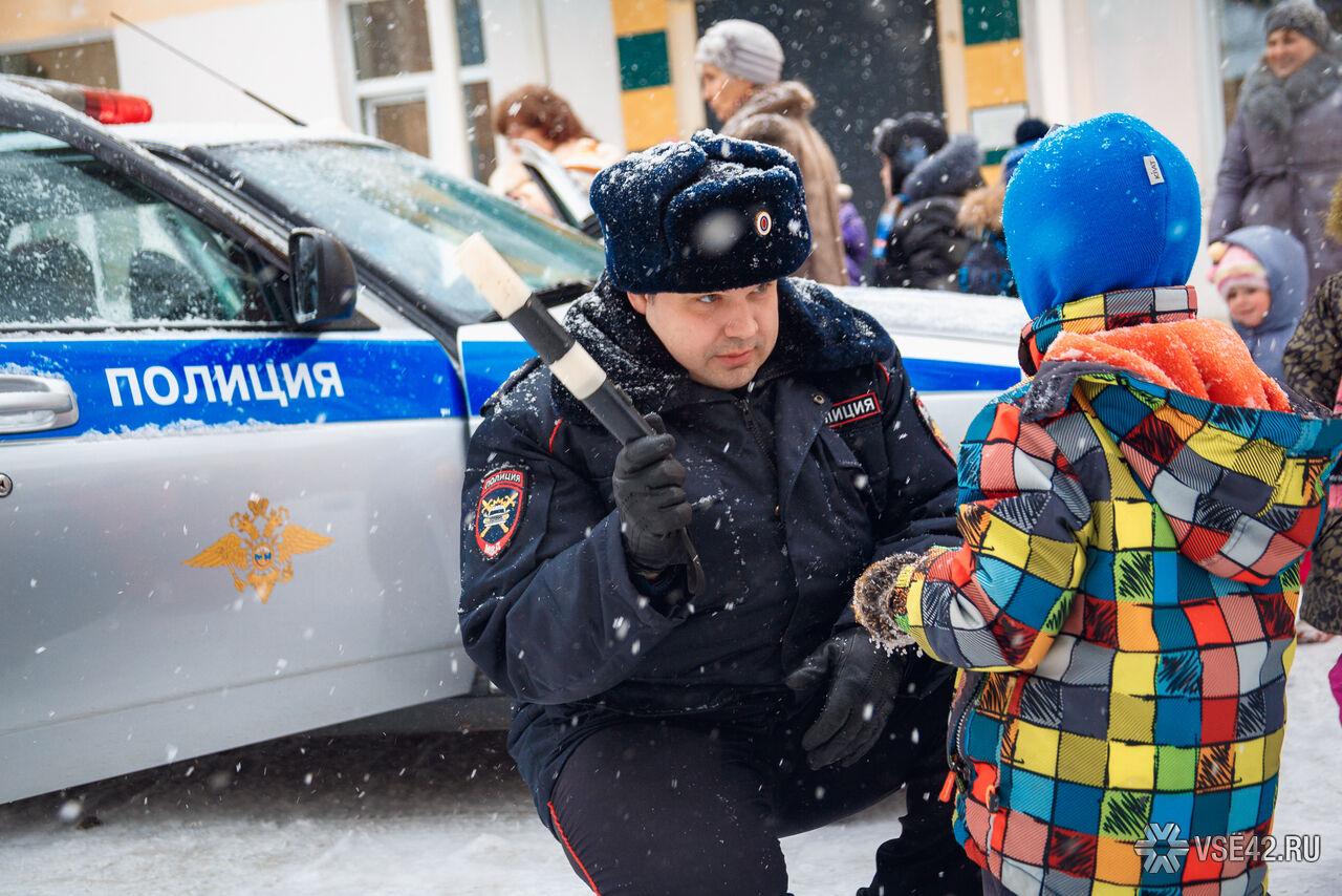 Полицейский с ребёнком фото