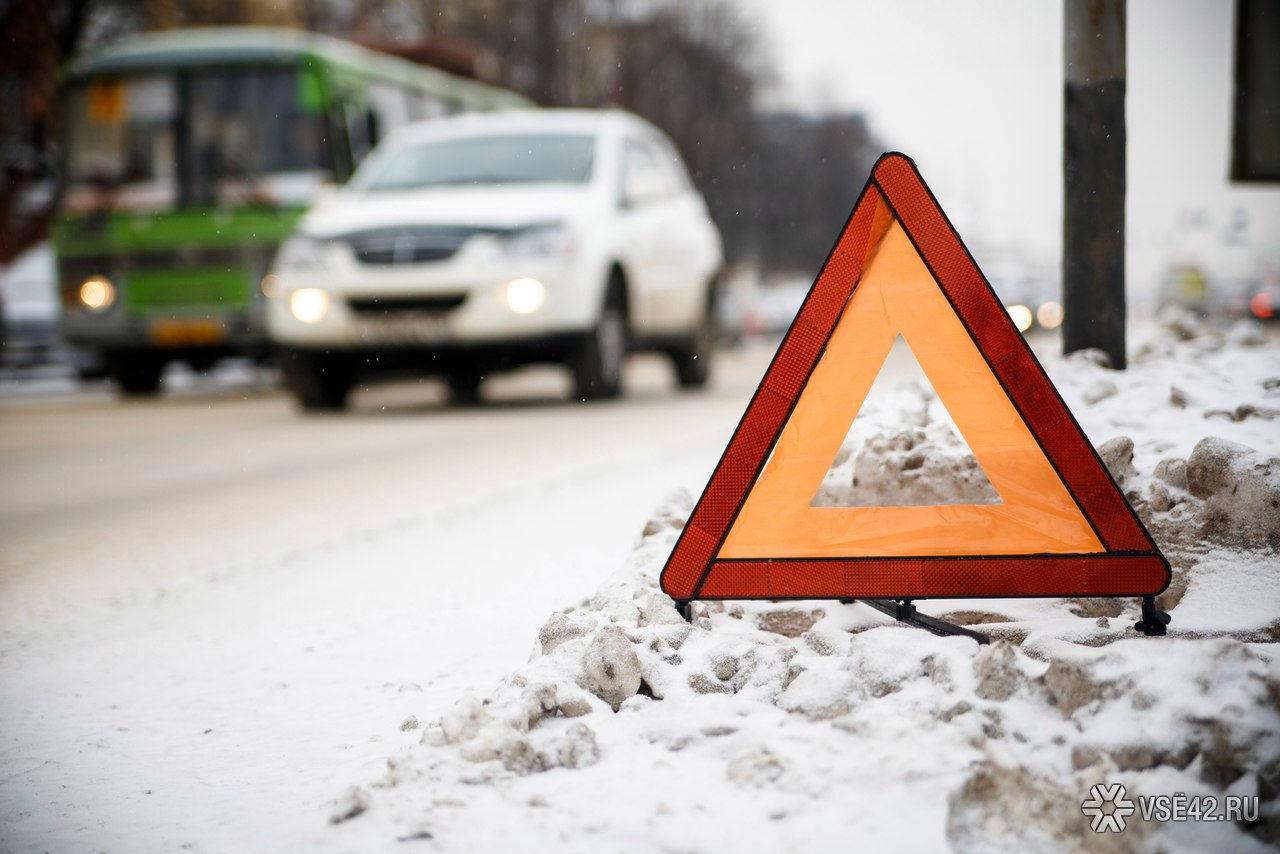 ВКемеровской области встолкновении «легковушки» и фургона умер человек