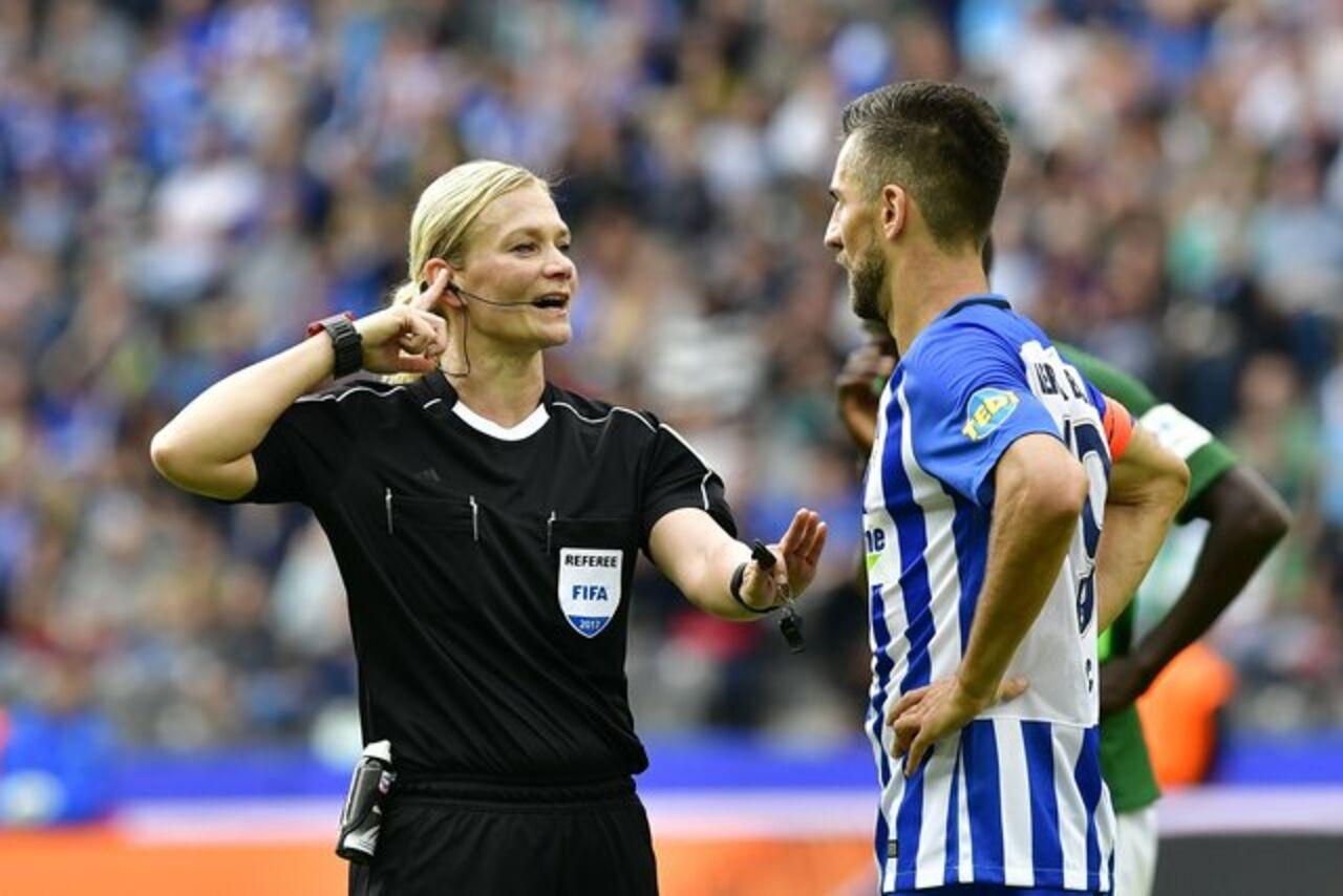 Матч чемпионата Германии впервый раз обслуживает женщина-арбитр