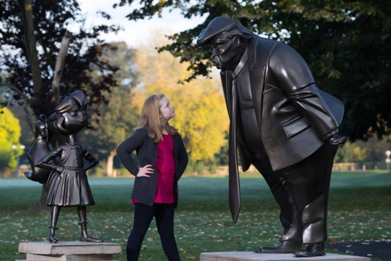 В британской деревне поставили скульптуру разъяренного Трампа исмелой девушки