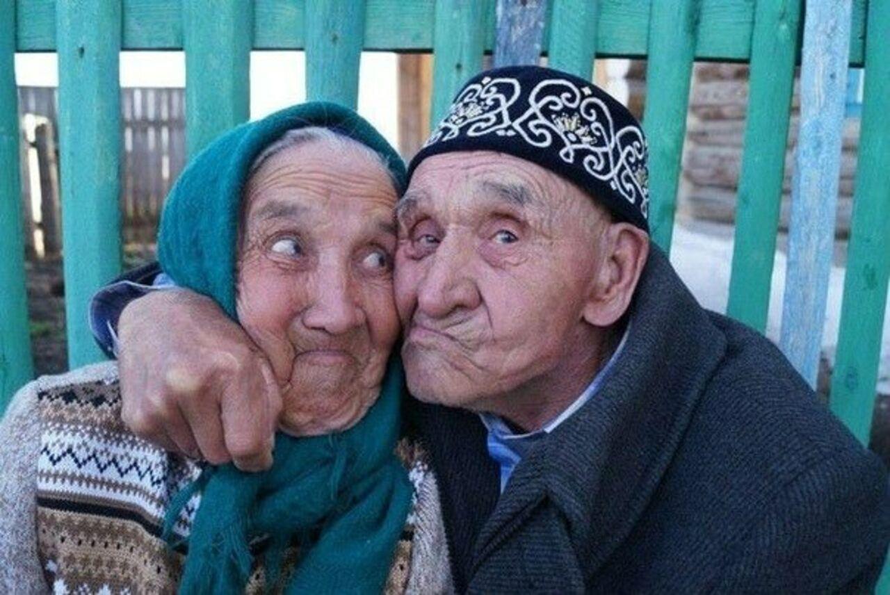 staraya-babka-soset-vnuku